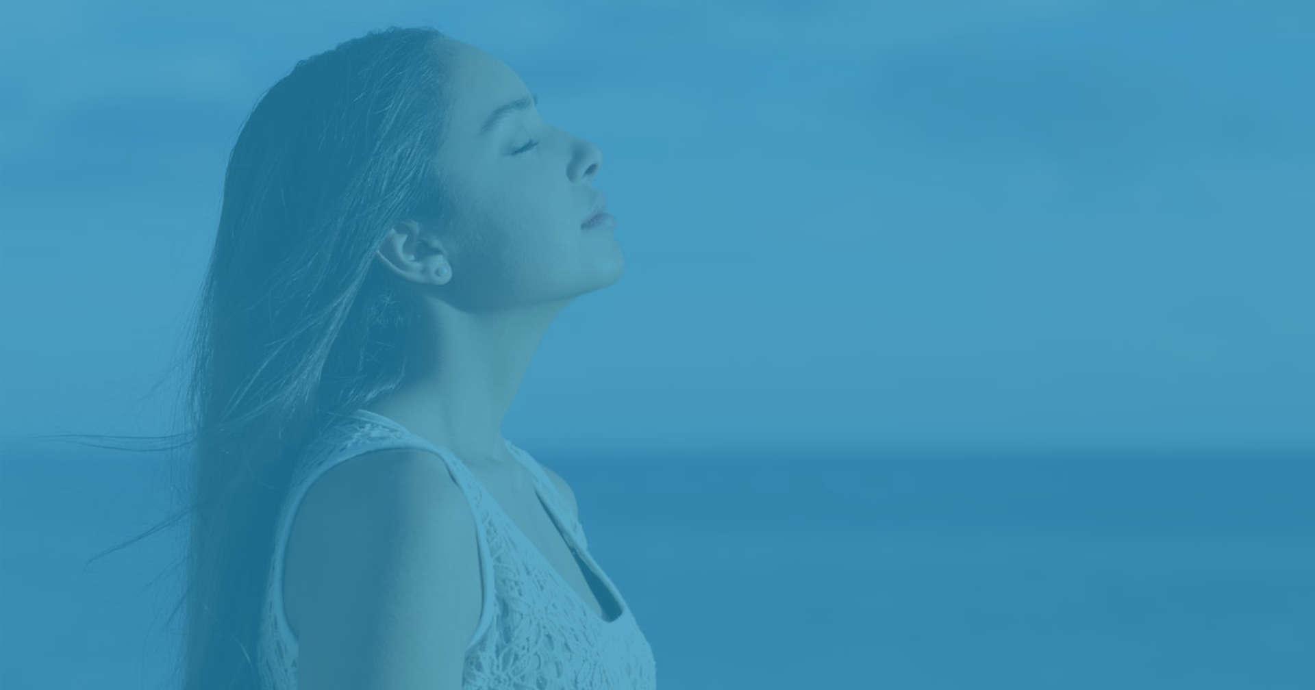Mujer respirando en exterior